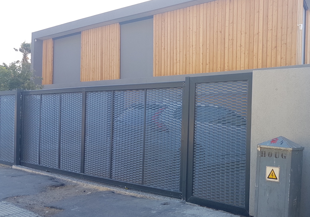Expanded metal mesh installed (black)